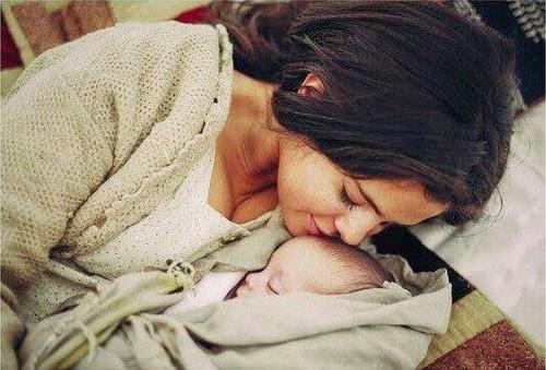 صورة تعبر عن حب الام لابنها