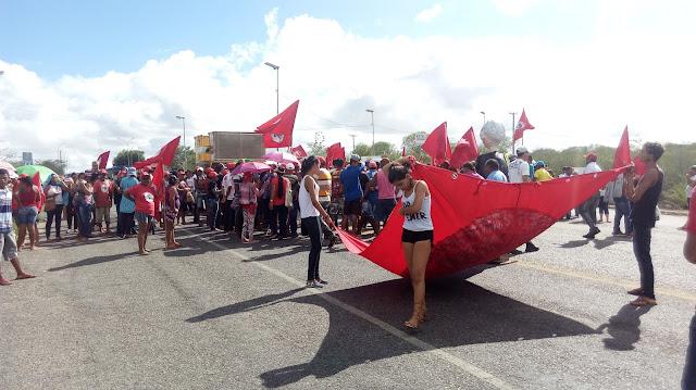Manifestantes bloqueiam a AL-225 em Piranhas contra à reforma da previdência e trabalhista na manhã desta sexta-feira (28)