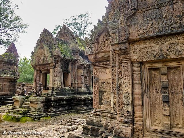 Banteay Srei, biblioteca norte, mandapa y guardianes - Angkor, Camboya por El Guisante Verde Project