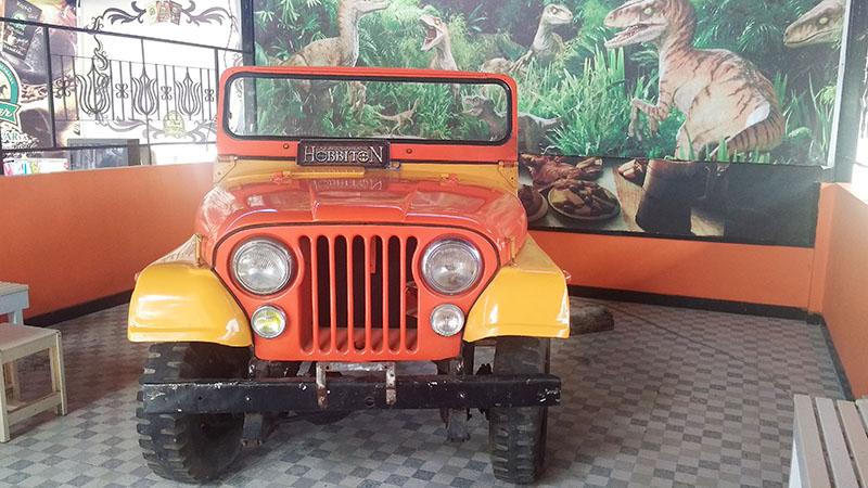 Mobil Jeep di Rumah Hobbit Tulungagung