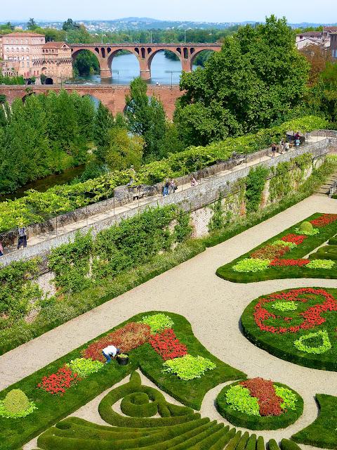 Jardines del Palacio Berbie y puentes sobre el rio Tarn
