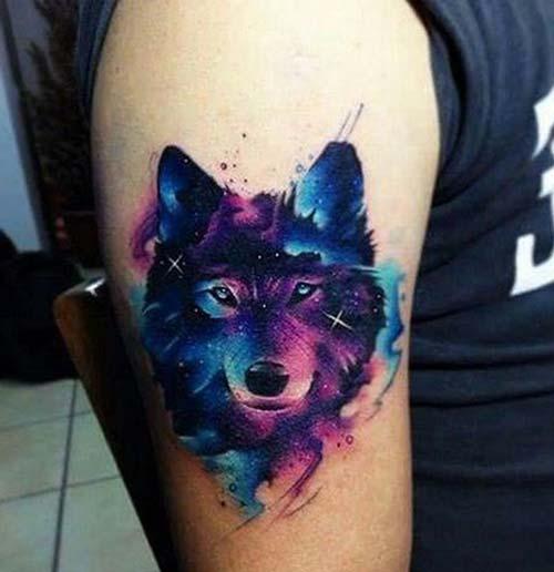 erkek üst kol renkli kurt dövmesi man upper arm watercolor wolf tattoo