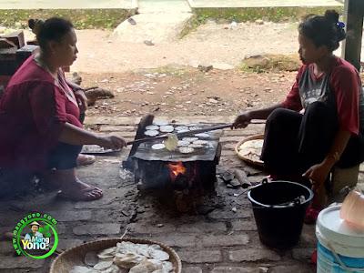 Mamah Oon dan Mamah Nina   sedang panggang OPAK KETAN Kuliner Tradisional Sunda