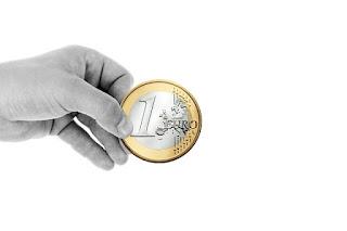 mano sosteniendo euro
