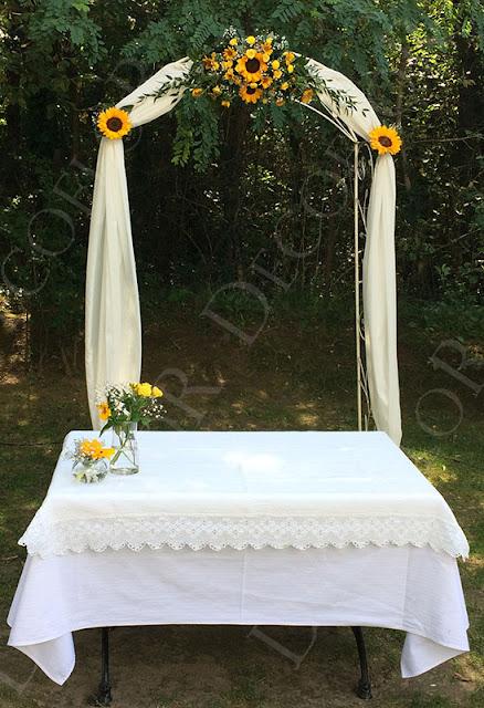 Boldogságkapu díszítés esküvőre napraforgóval