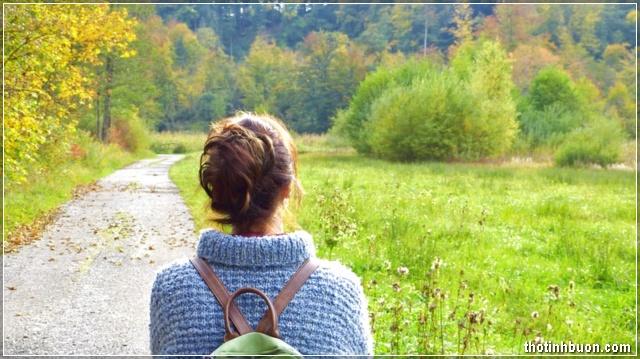 cô gái đi dưới trời tháng 9 mùa thu
