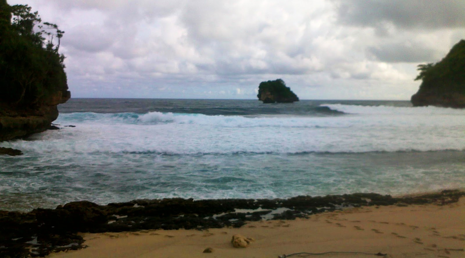 ombak di pantai Gua China sangat besra dan keras