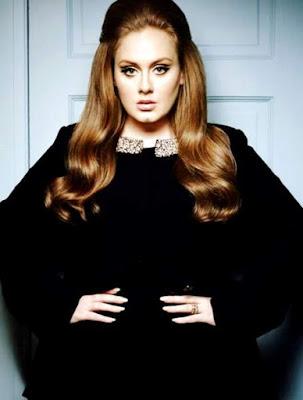 Adele con las manos en la cintura