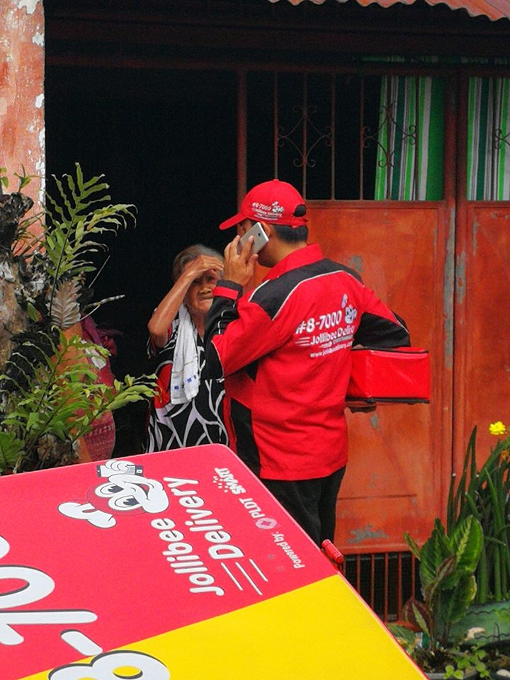 Jollibee delivery guy goes the extra mile for curious 92-year-old woman