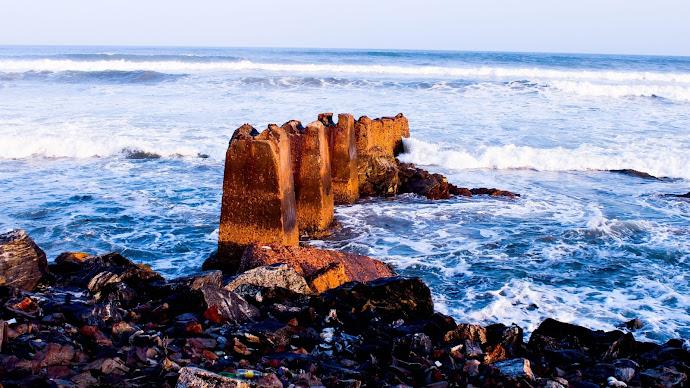 Wallpaper: Rocks and waves