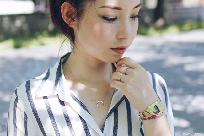 ファッションブロガー日本人 今日のコーディネート、ブルーストライプてろてろ素材シャツ、ホワイトワイドレッグパンツ、ブラックストラップサンダル、ブルーショルダーバッグ、アイライクペーパー-ペーパーウォッチ、ホーンネックレス、ブルーグラデーションアイライナー