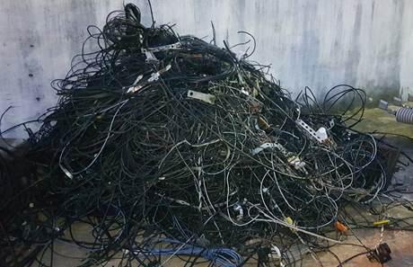 Operação remove fios de telefonia irregulares em postes de Serra Talhada