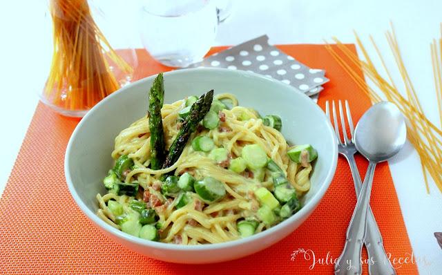 Espaguetis con espárragos verdes y salsa de nata. Julia y sus recetas