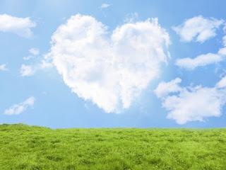 青空にハートの雲と草原