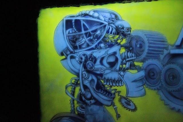 Biomechanika namalowana w technice UV, ultra fiolecie, obraz świeci w ciemności, biomechanika steampunkowa