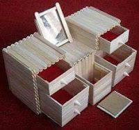 caja con compartimientos hechas con palitos de madera