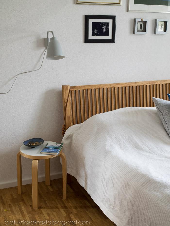 Lightyears Caravaggio Read seinävalaisin, makuuhuoneen lukulamppu, Artekin jakkara yöpöytänä