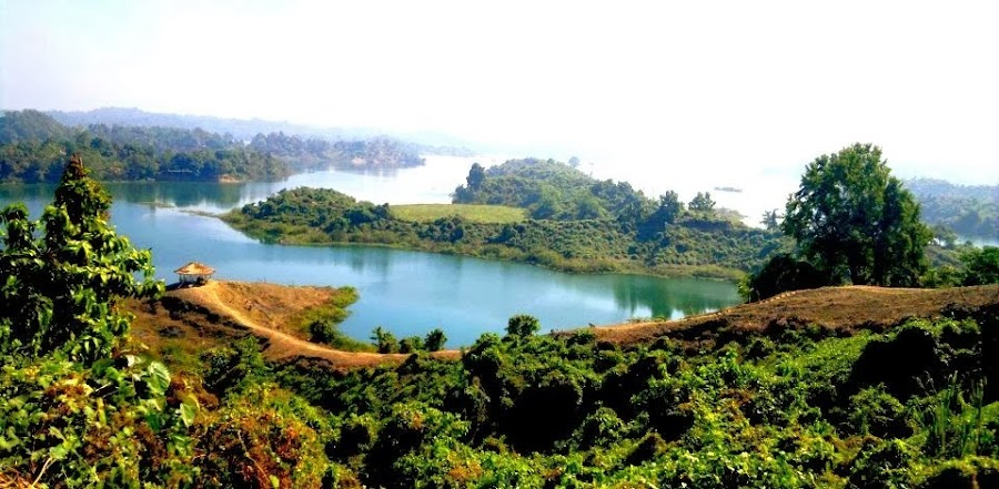 El lago Kaptai cerca de Chittagong en Bangladés