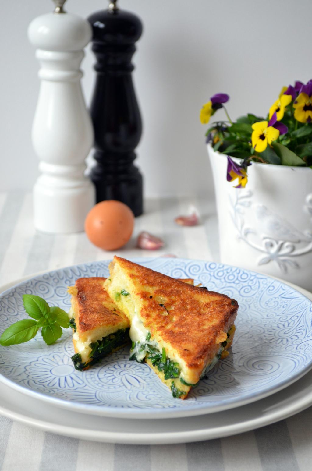 sma%C5%BCone-tosty-ze-szpinakiem-i-mozzarell%C4%85 Tosty francuskie ze szpinakiem i mozzarellą