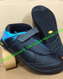 Sepatu Sepeda Shimano AM7