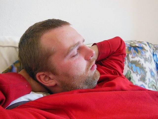 6 Kebiasaan Aneh Cowok Saat Mengisi Waktu Kosong