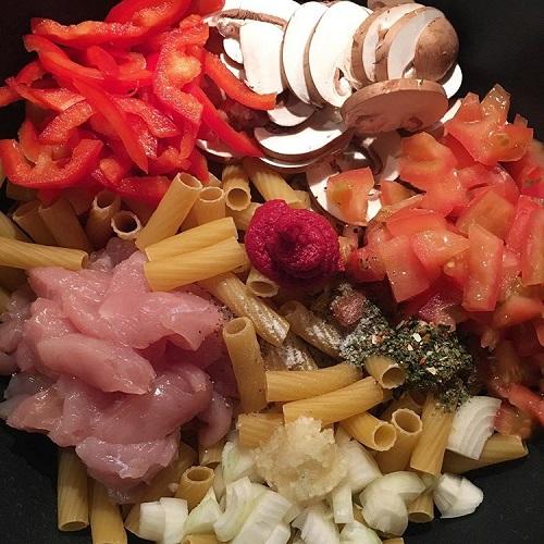 One Pot Pasta mit Hähnchen, Champignons, Paprika und Tomate