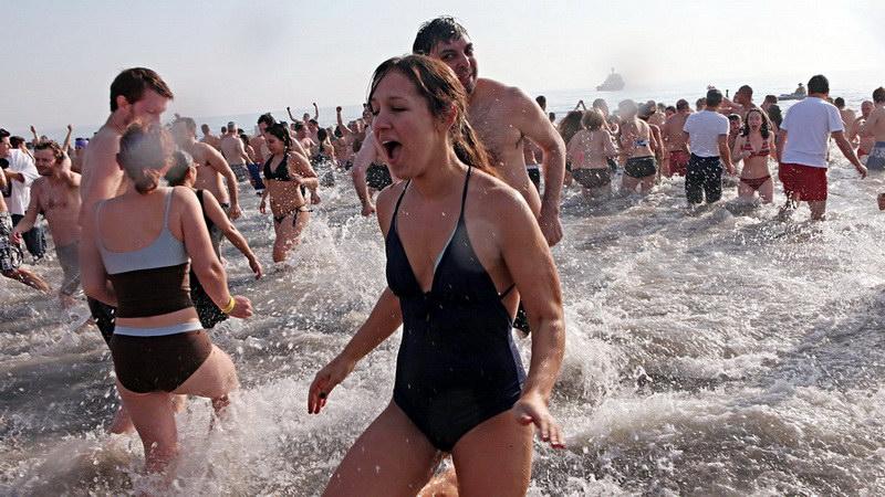 Χειμερινή κολύμβηση: Τα καλά που προσφέρει στην υγεία και τι πρέπει να προσέξουμε