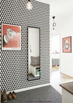 hall com papel de parede, espelho retangular e quadro