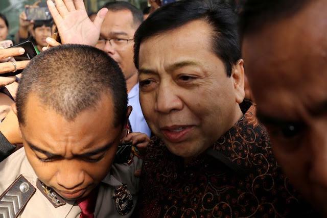 Ketua DPR Setya Novanto meninggalkan Gedung Komisi Pemberantasan Korupsi (KPK) seusai diperiksa di Jakarta, Jumat (14/7/2017). Setya Novanto diperiksa sebagai saksi untuk kasus dugaan korupsi dalam pengadaan Kartu Tanda Penduduk berbasis elektronik ( e-KTP)
