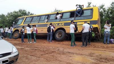 Em Ipueiras, ônibus escolar fica preso em barranco após deslizar na pista
