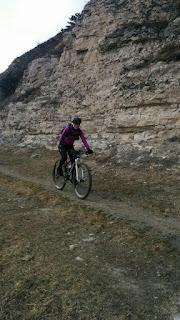 Велосипедистка на скалах