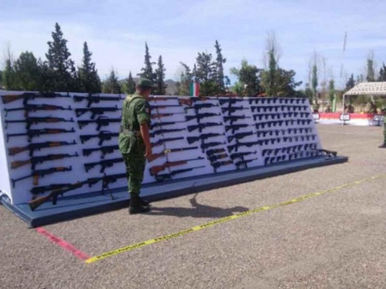 Ejército destruye más de mil armas aseguradas a carteles en la Sierra Tarahumara, en Chihuahua.