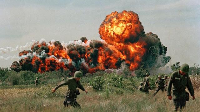 foto ledakan bom napalm di perang vietnam 1966