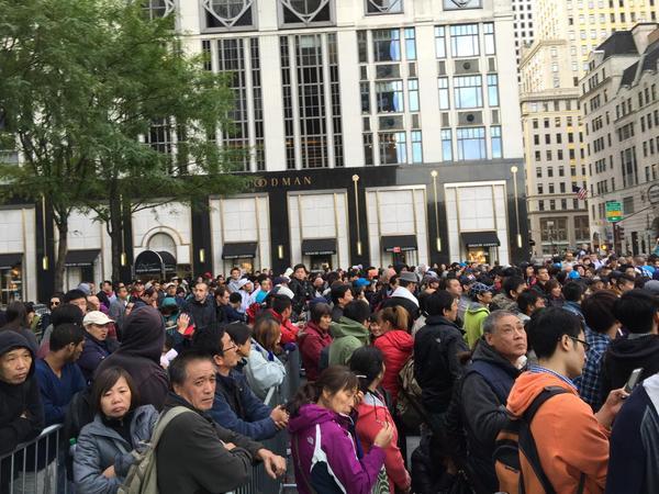 São filas enormes para comprar os novos iPhones da Apple
