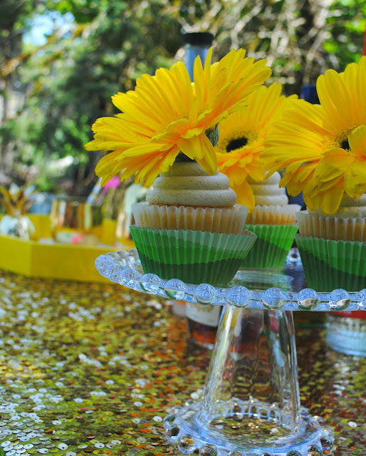 Serve mom up some flower topped cupcakes this Mother's Day. More bright Mother's Day ideas can be found on FizzyParty.com