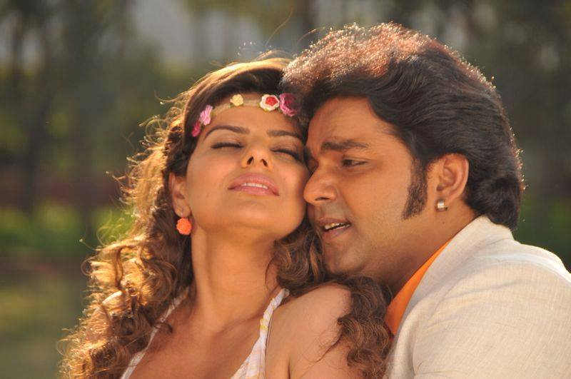 Madhu Sharma Romance With Pawan Singh