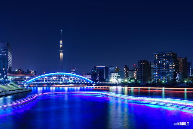ライトアップされたスカイツリーと永代橋