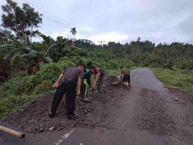 Peduli Terhadap Akses Jalan Rusak, Babinsa Bantu Warga Hualoy Timbun Jalan