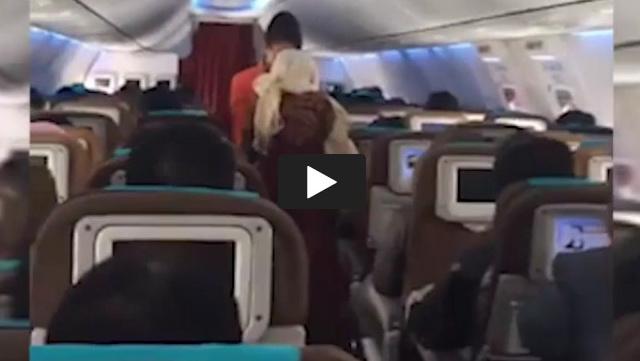 VIDEO: Pramugari Ini Bikin Haru, Lihat Apa Yang Dilakukannya Kepada Seorang Nenek Di Dalam Pesawat