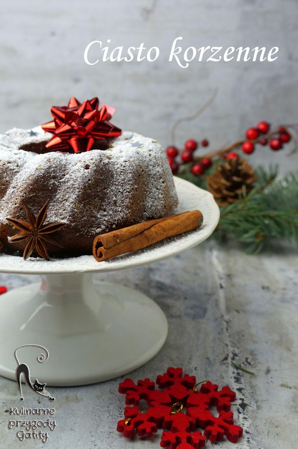 swiateczne-ciasto-na ceramicznej-białej-paterze