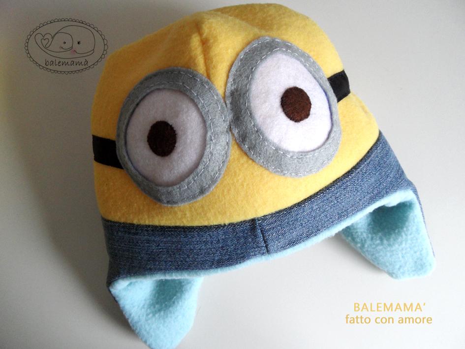Eccolo il cappellino dei Minions realizzato in pile con il paraorecchie in  jeans. 4ab8ed35bb9b