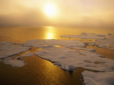 trozos gigantes de hielo bajo el sol de un atardecer