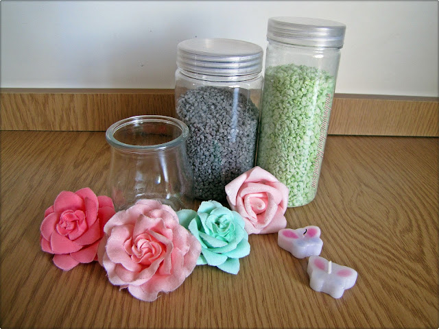 Dekoracyjne kamyczki, świeczki, kwiatki, szklany słoiczek