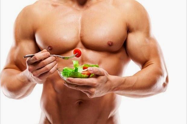 Hombre musculoso con plato de comida