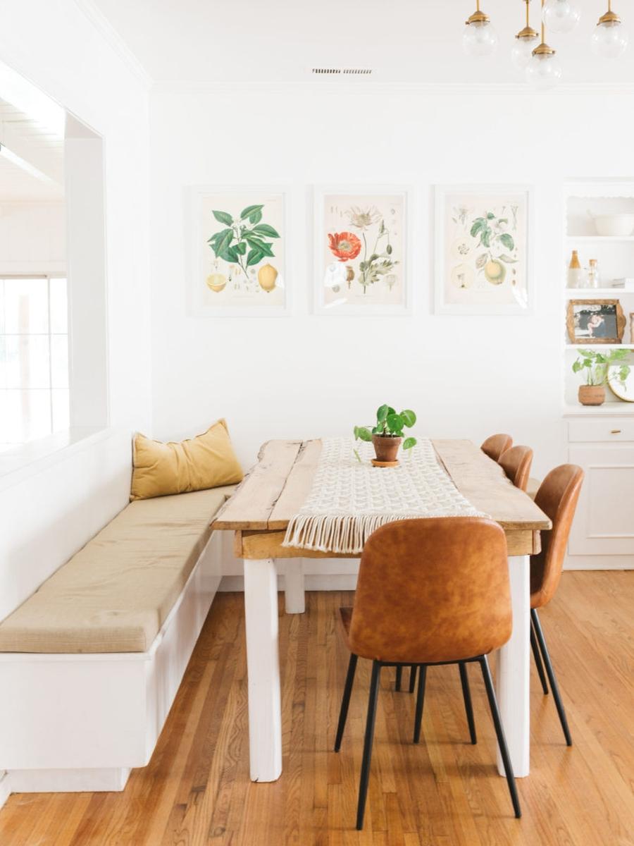 Słoneczny i modny dom w stylu vintage - wystrój wnętrz, wnętrza, urządzanie mieszkania, dom, home decor, dekoracje, aranżacje, minty inspirations, vintage, urban jungle, drewno, naturalne elementy, rośliny, hwiaty, kuchnia, kitchen, drewniane półki, kącik do jedzenia, jadalnia, drewniany stół, stołek barowy, blat, wyspa kuchenna
