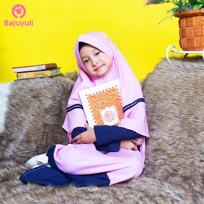 anak pegang Al-Quran