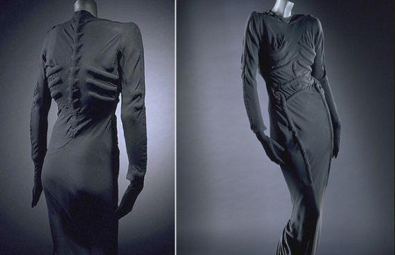 e4a8823a2c393 Najsłynniejszą swą suknię Elsa Schiaparelli stworzyła wspólnie z Salvadorem  Dalim. Kreacja jest koloru przybrudzonej bieli i ma długą do ziemi, ...
