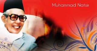 Biografi Mohammad Natsir Nama Lengkap : Mohammad Natsir  Lahir : 17 Juli 1908  Meninggal Dunia : 6 Februari 1993 (umur 84)  Mohammad Natsir adalah perdana menteri kelima, pendiri sekaligus pemimpin partai politik Masyumi, dan salah seorang tokoh Islam terkemuka di Indonesia.Muhammad Natsir, dalam tulisan lain ada yang menulisnya Mohammad Natsir/Mohd. Natsir/M. Natsir, adalah putra kelahiran Alahan Panjang, Kabupaten Solok, Sumatera Barat 17, Juli 1908, dengan gelar Datuk Sinaro Panjang. Natsir adalah orang yang berbicara penuh sopan santun, rendah hati dan bersuara lembut meskipun terhadap lawan-lawan politiknya. Ia juga sangat bersahaja dan kadang-kadang gemar bercanda dengan siapa saja yang menjadi teman bicaranya.   Tanggal 5 April 1950 Natsir mengajukan mosi intergral dalam sidang pleno parlemen, yang secara aklamasi diterima oleh seluruh fraksi. Mosi ini memulihkan keutuhan bangsa Indonesia dalam Negara Kesatuan RI (NKRI), yang sebelumnya berbentuk serikat. Karena prestasi inilah Natsir diangkat menjadi perdana menteri. Bung Karno menganggap Natsir mempunyai konsep untuk menyelamatkan Republik melalui konstitusi. Pada masa revolusi kemerdekaan, Natsir pernah menjabat Wakil Ketua KNIP (Komite Nasional Indonesia Pusat), yang waktu itu ketuanya dijabat oleh Assaat Datuk Mudo, dan beberapa kali menjadi Menteri Penerangan. Natsir banyak berjasa untuk perkembangan dakwah Islam