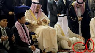 Foto yang menunjukkan rombongan Raja Arab Saudi, Salman bin Abdulazis al-Saud masih bersepatu saat salat sempat membuat gaduh pengguna media sosial