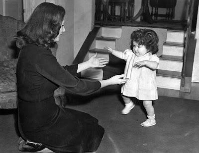 Джоан Барри с дочерью Кэрол Энн перед судебным заседанием, апрель 1945 г.